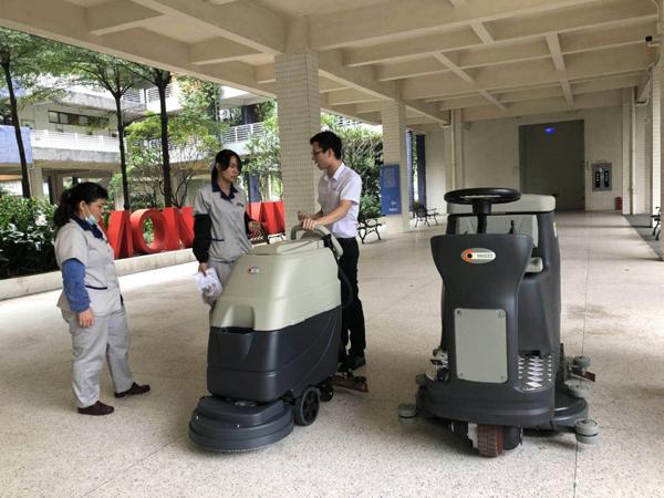 用洗地机怎样清洗干净地板陈年顽固污渍?