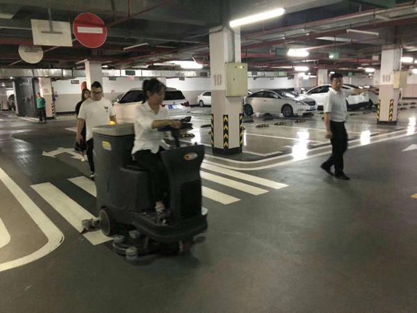 节约用水 驾驶式洗地机也有责任