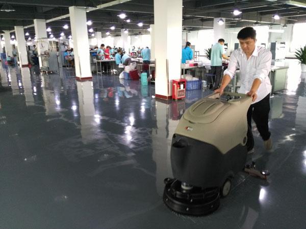 这家工厂使用美高手推式洗地机后地面光可鉴人