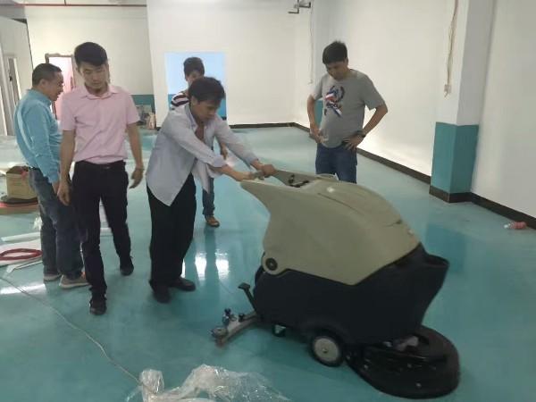 这家包装制品厂慕名前来采购美高手推式洗地机