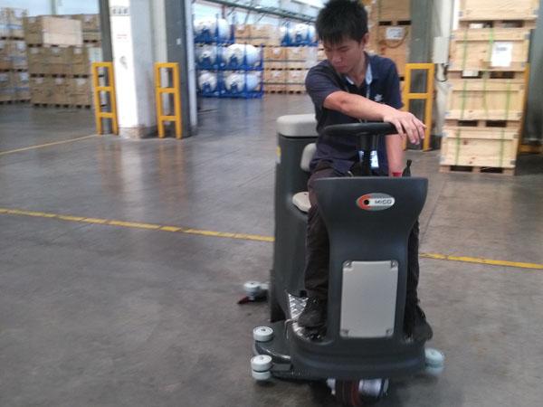 这个金刚砂地面的仓库使用美高驾驶式洗地机来清洁了